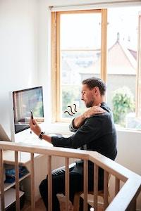 Mann hjemme kontor mobil legetime