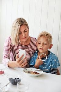 Mor søn ved morgenmad videokonsultation