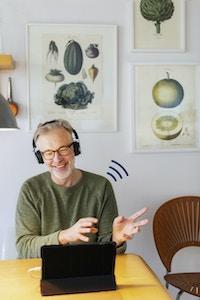 Mann headset smiler videokonsultasjon
