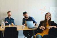 tre voksne i kontoret godt humør