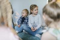 Børn sidder sammen i børnehave. Det ene barn har mæslinger.