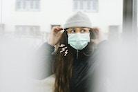 Kvinne med munnbind