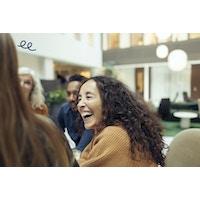 Kvinde i gruppe smilende