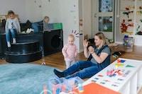 Kvinde med barn i børnehaven