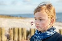 Bekymret jente på strand