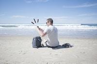 Mann strand sol legetime på mobil